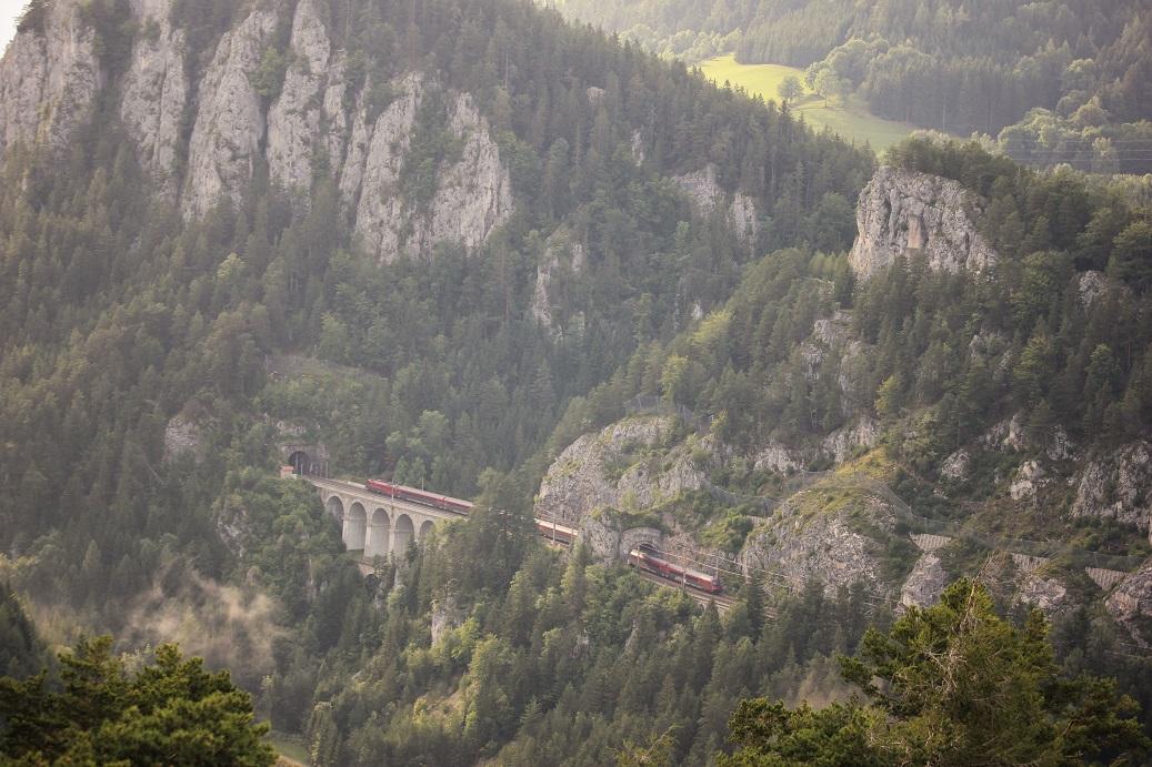 Vlak jedoucí po horské železniční trati Semmering