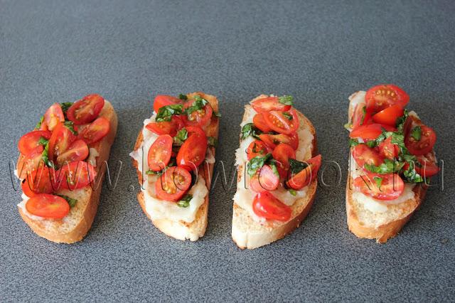 рецепт бутербродов с запеченным чесноком, пармезаном и черри с пошаговыми фото