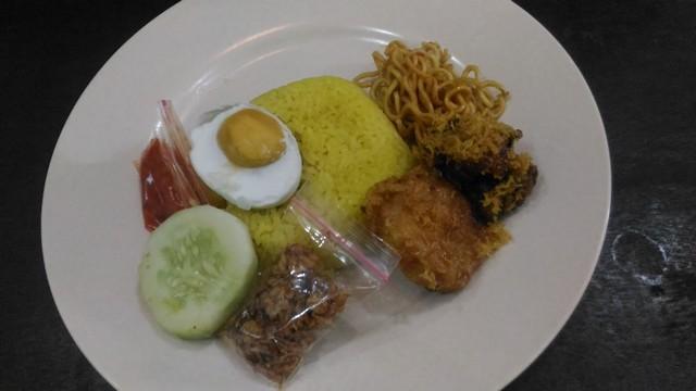 Nasi kuning dalam piring saji