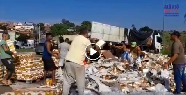 Carreta tem carga de cerveja derramada na BR-459 em Pouso Alegre-MG - Foto: Alô Alô Cidade