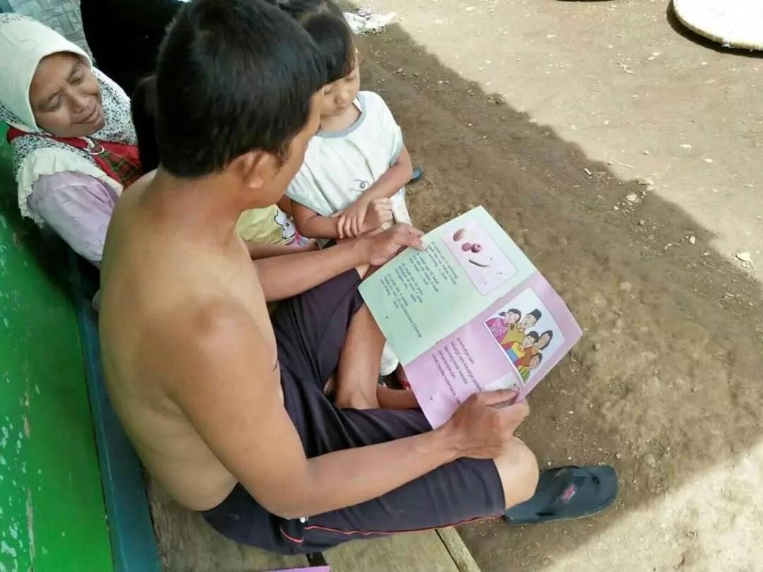 orang tua membaca