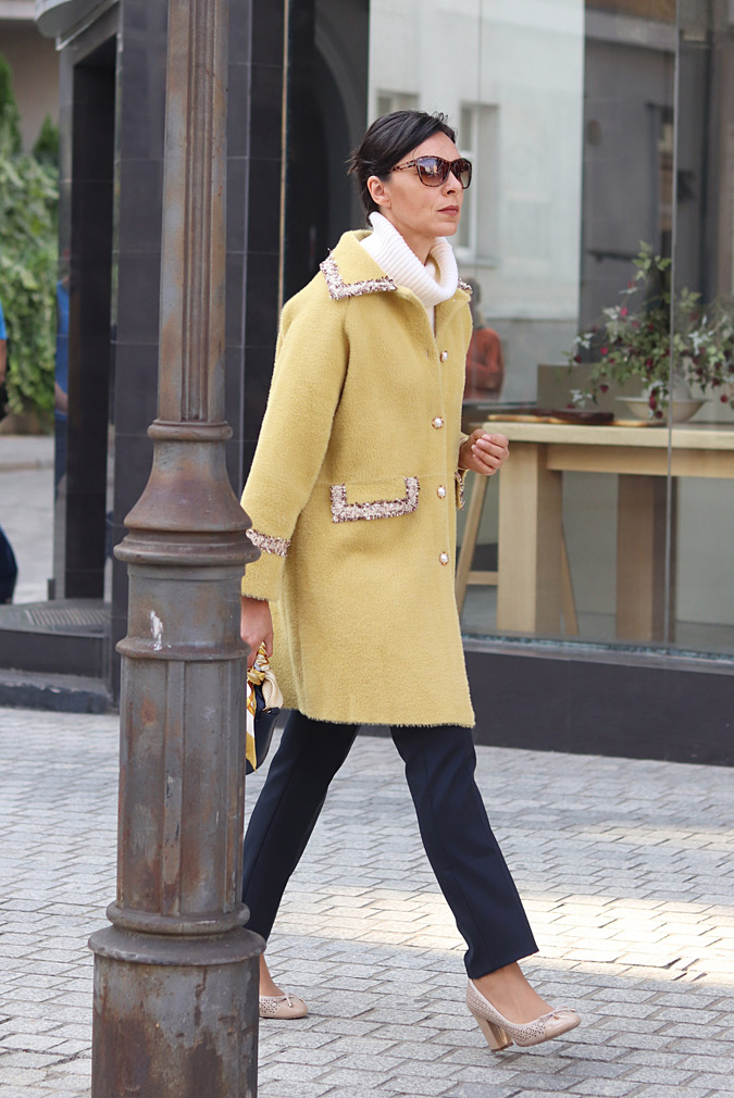 żółty płaszcz stylizacje
