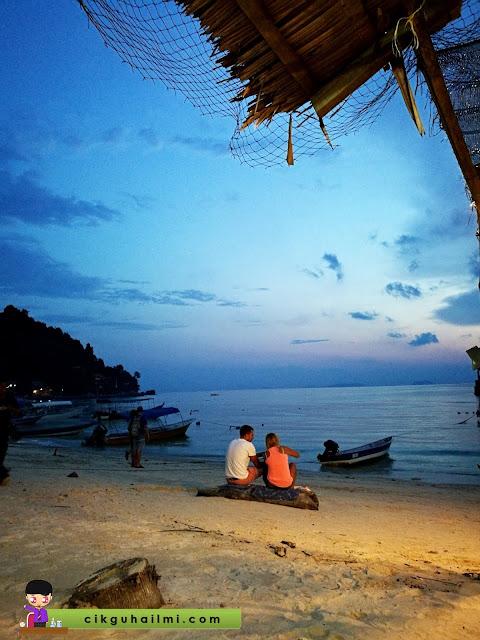 Suasana romantik menikmati sunset di Coral Bay, Pulau Perhentian
