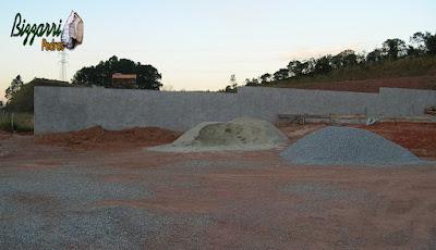 Preparando o lugar para fazer a construção do lago para poder fazer a construção do monjolo de madeira Jacarandá e por o lago para funcionar.