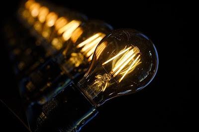 Filosofi Dibalik Penemu Lampu Listrik Pertama