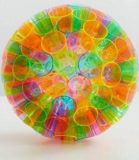 http://www.muyingenioso.com/original-esfera-con-vasitos-de-plastico/