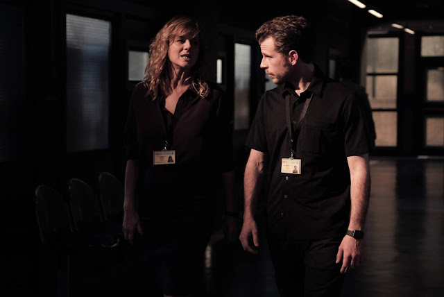 Álvaro Cervantes y Emma Suárez en 'Criminal' de Netflix