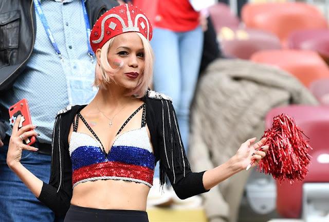 Torcedora russa se empolgou com clima de Copa do Mundo - Créditos: EFE/EPA/PETER POWELL