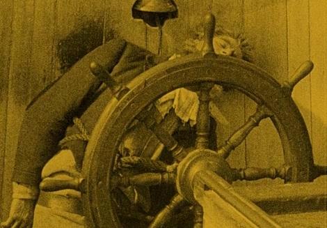 El capitán del Empusa —interpretado por Max Nemeth— atado exánime al timón en Nosferatu (Murnau, 1922)