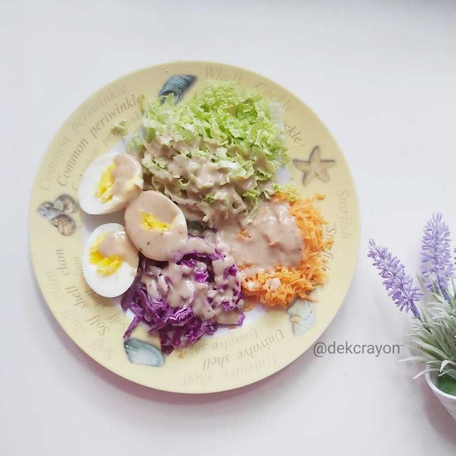 resep salad sayur yang praktis, hemat, dan mudah cara membuatnya. dressing wijen homemade ternyata mudah dibuat