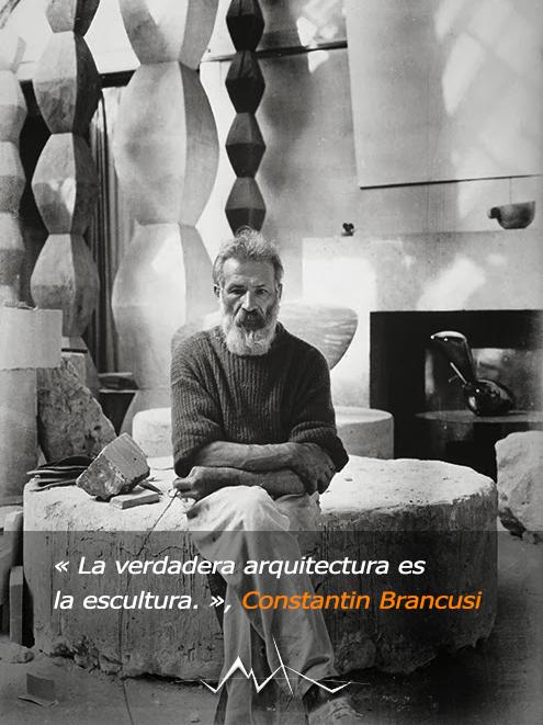Foto del gran escultor Constantin Brancusi en su estudio de París con algunas de sus obras