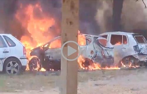 Fogo destrói veículos apreendidos em Presidente Médici; origem é desconhecida