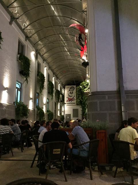 poza din terasa Fire, culoar intre pub si clubul vechi
