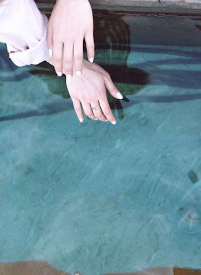 Manicura en colores claros con uñas ovaladas y de largo medio