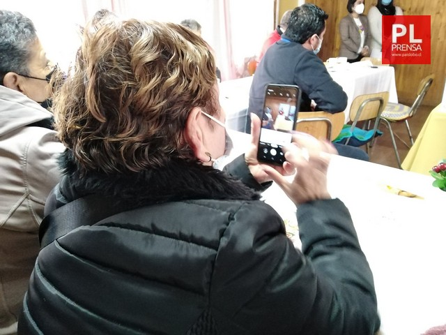 Capacitarán a personas mayores en manejo de celular