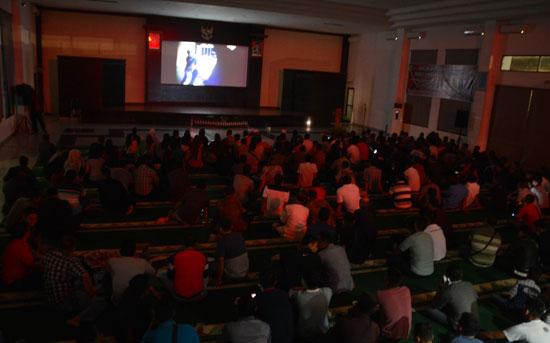 NONTON : Saat semua pasang mata tertuju pada layar lebar, nonton bareng film sejarah G30S/PKI dengan Lanud Supadio.  Foto Kapentak Lanud Supadio