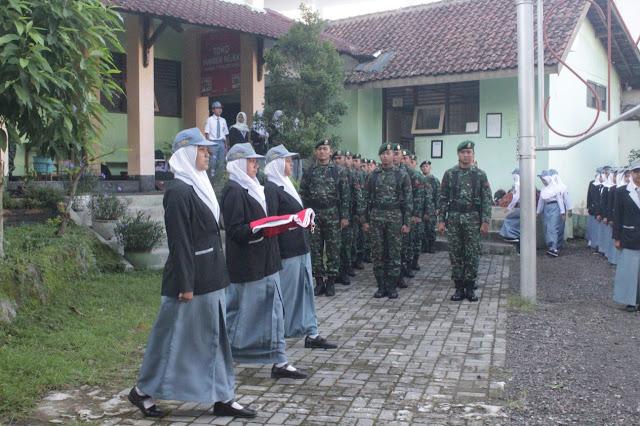 Pelajar SMKN 3 Magelang Antusias Ikuti Upacara Bersama Prajurit Yonarmed 11 Kostrad