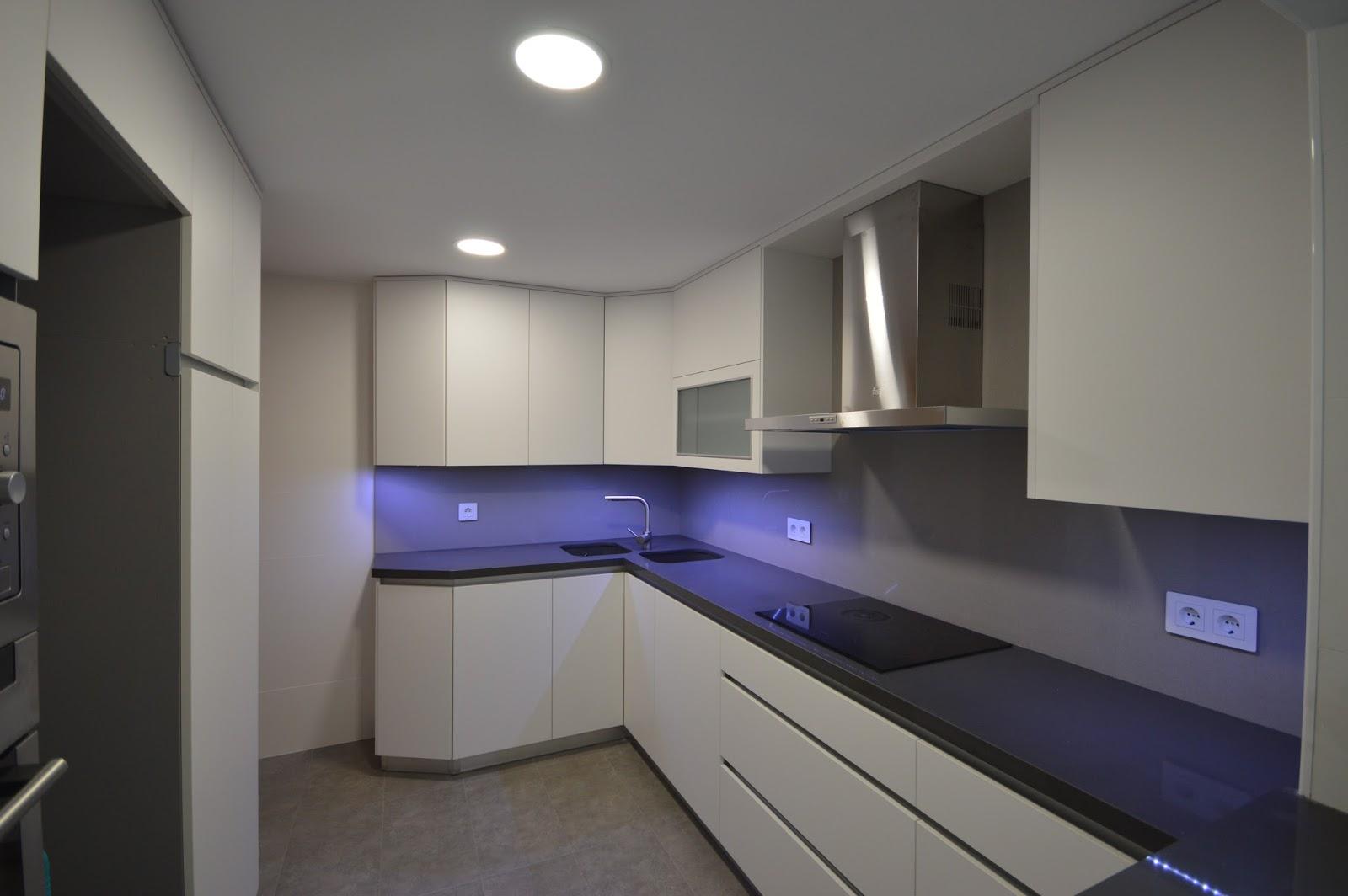 Reuscuina muebles de cocina en blanco mate sin tiradores - Tiradores muebles de cocina ...