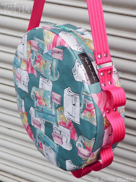 kanapy, sofa, Round bag, shoulder bag, pink, fascinator, Justyna Anna Smółka, art textiles, textile design, seatbelt tape, pink flamingo, paper fashion, UV print