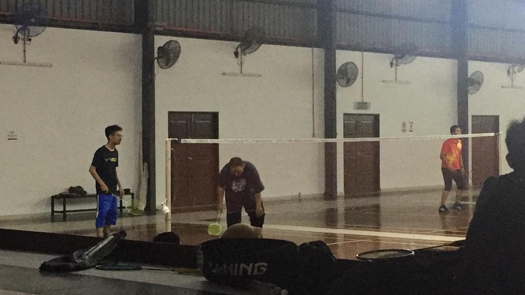 Bermain Badminton Bersama Rakan Sekerja