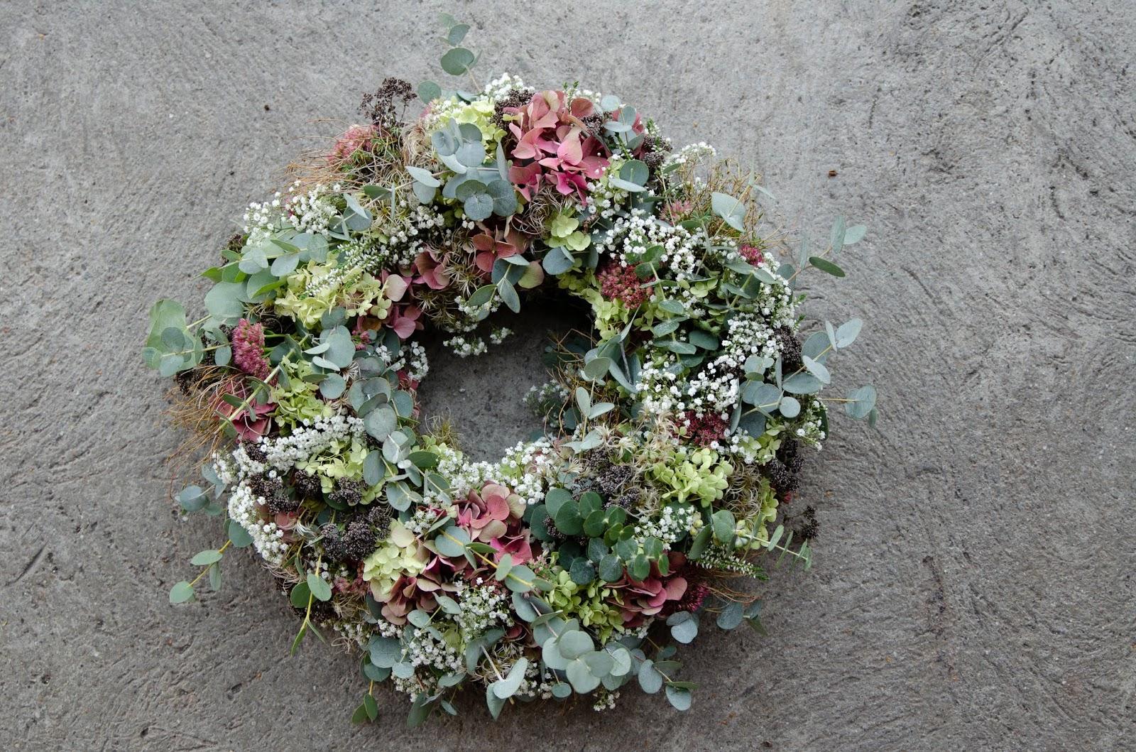 DIY Kranz für den Herbst. Dekoidee selber machen Kränze: Hortensien Fette Henne Eukalyptus Pistazienzweige Herbstkranz binden Workshop Kreativ Natürlich Ideenreich