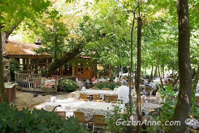 Sedir adası yolundaki Çınar restoranın ortamı, Marmaris