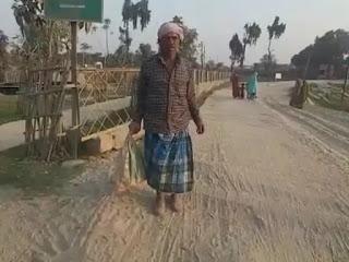 वाह रे सिस्टम! बेटे का शव बंद बोरे में लेकर 3 किलोमीटर तक पैदल चलने को मजबूर हुआ लाचार पिता