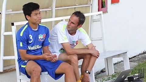 Đông Triều ( thứ 2 từ trái sang) trước chuyến thử việc tại Arsenal năm 2012