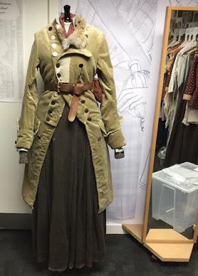 Terry Dresbach nos muestra unos de los trajes de Claire