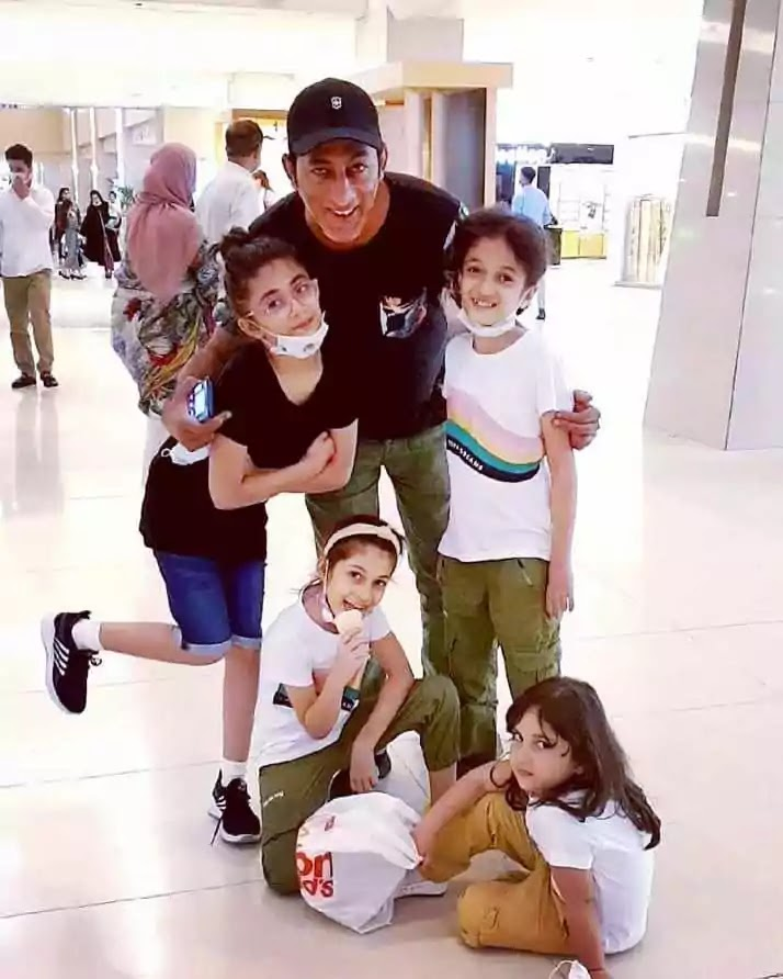 Beautiful Family Pictures of Adnan Shah Tipu With His Wife And Kids