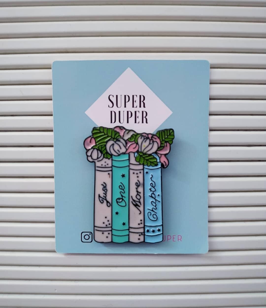 Pin de libros con verduras en la superficie