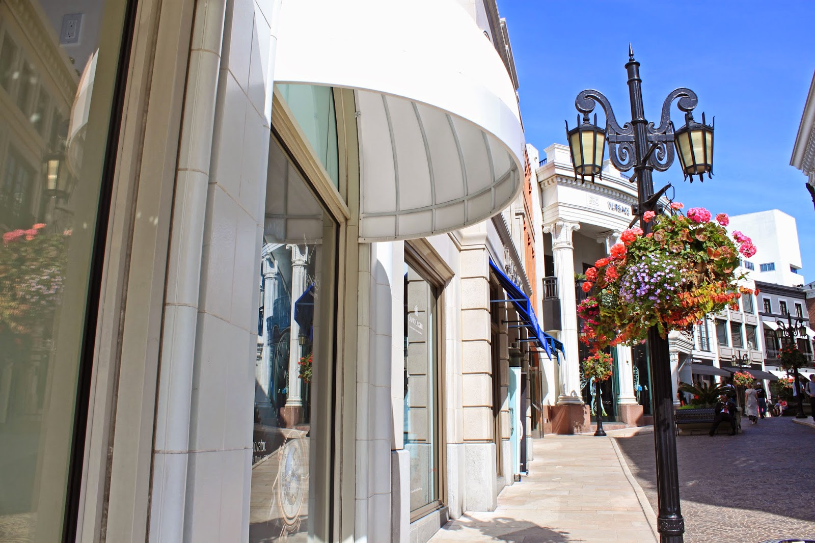 Fashion blogger Mash Elle shopping in Rodeo Drive