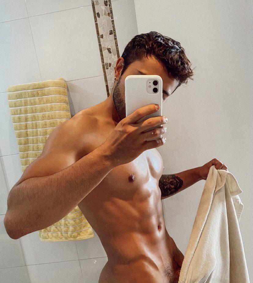 colombiano desnudo en la ducha