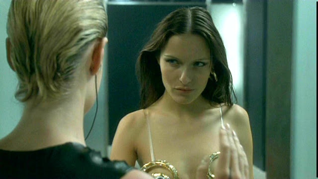 Femme Fatale 2002 Veronica seductive look  movieloversreviews.filminspector.com