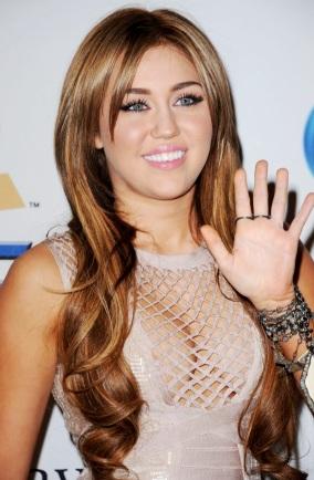 Foto de Miley Cyrus con pelo largo y castaño