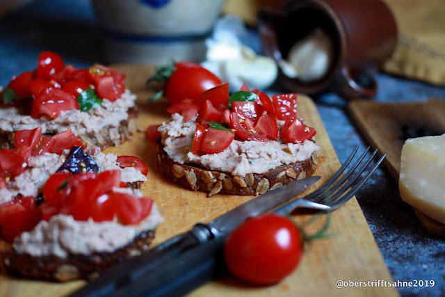 Bruschetta mit Bohnencreme und Tomaten