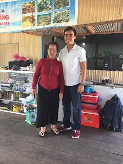 Chụp ảnh lưu niệm với bà chủ nhà bè Út Tăng ở Bình Ba