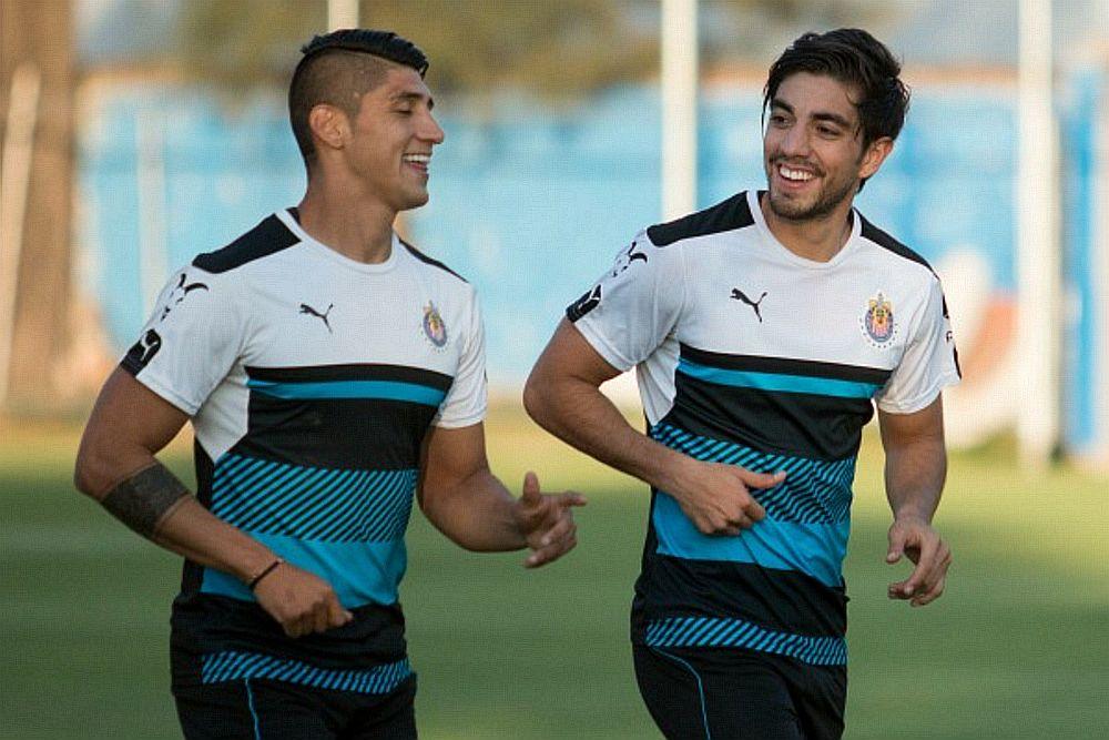 Alan Pulido con Rodolfo Pizarro en un entrenamiento de Chivas.