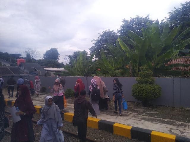 penumpang turun di stasiun Serang