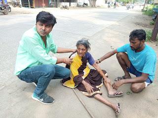 बुजुर्ग महिला बेहोश हो गई युवाओं ने घर तक पहुंचाया