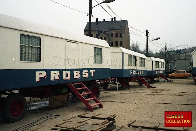 les roulottes a toits trois pans servant de logements aux employés du cirque