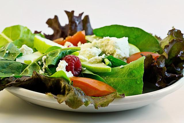Prato de salada com bastantes folhas, tomate, queijo, berries, hmmm...