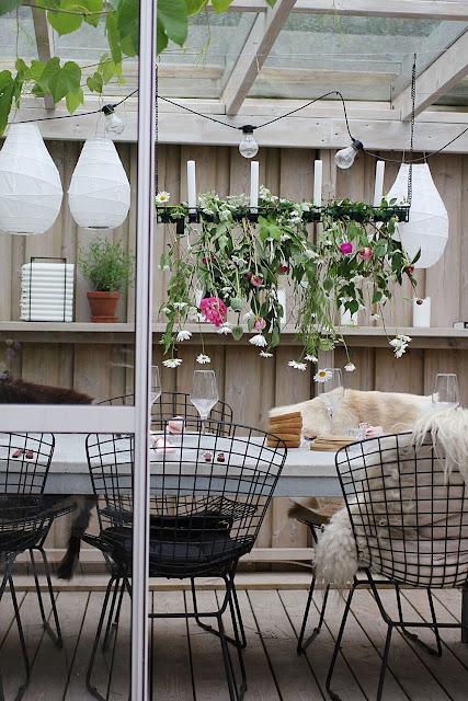 annelies design, webbutik, webshop, nätbutik, inredning, uteplats, uterum, uterummet, dukning, dukningar, bordsdukning, midsommar, midsommarafton, sommardukning, midsommardukning, blomma, blommor, fest, party, inspiration, ljusstake, ljusstakar, dekoration, fårskinn, ljusförvaring