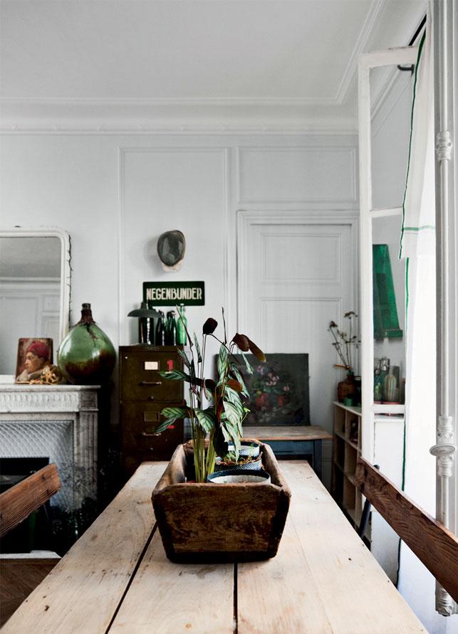 Colore verde e fascino rustico per l'appartamento di città