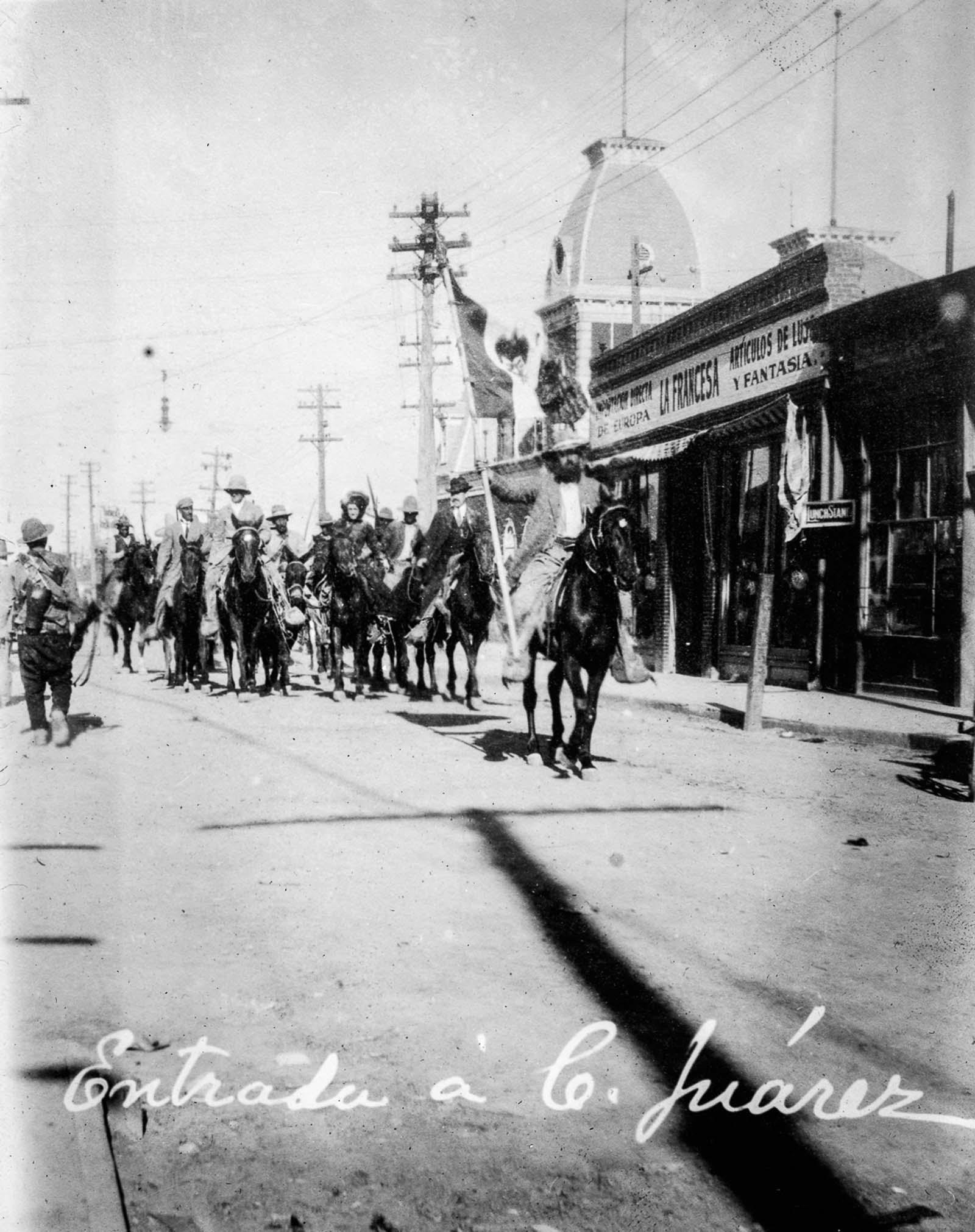 A forradalmi erők a szövetségi erők átadása után vonulnak be Ciudad Juárezbe.