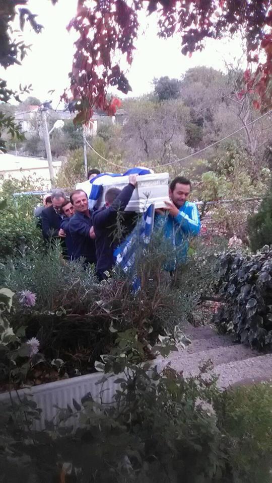 Στο πατρικό του τυλιγμένος με την Ελληνική σημαία ο Κωνσταντίνος Κατσίφας dd