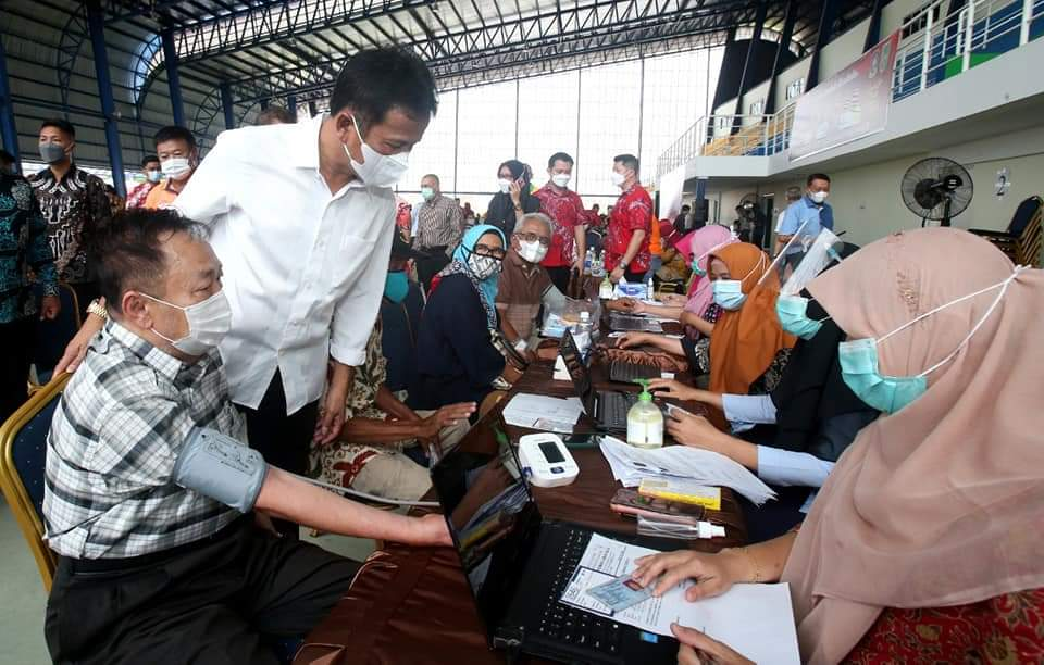Rudi Tinjau Vaksinasi Covid-19 Terhadap Guru, Tokoh Agama dan Lansia di  Batam