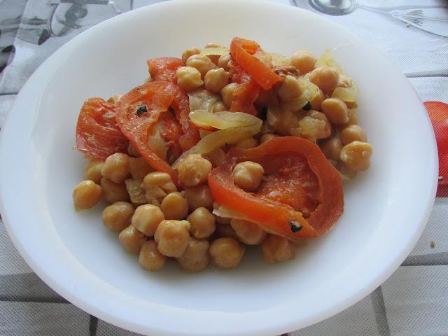 ciecierzyca zapiekana w piekarniku z pomidorami