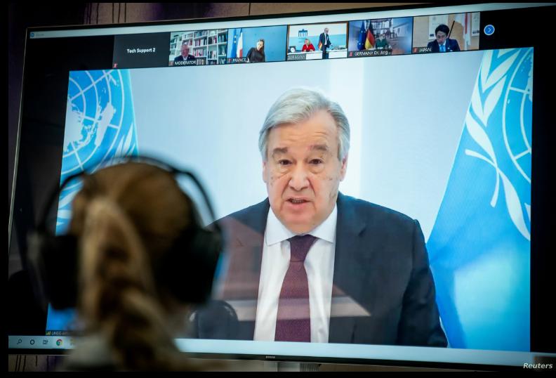 El secretario general de las Naciones Unidas, Antonio Guterres, aparece en una pantalla de video durante una cumbre climática virtual, conocida como el Diálogo Climático de Petersberg, en Berlín el 28 de abril de 2020 / REUTERS
