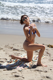 Blanca-Blanco-ignores-that-its-Fall-as-she-soaks-up-the-sun-at-the-Malibu-beach.-z7fbbowbla.jpg
